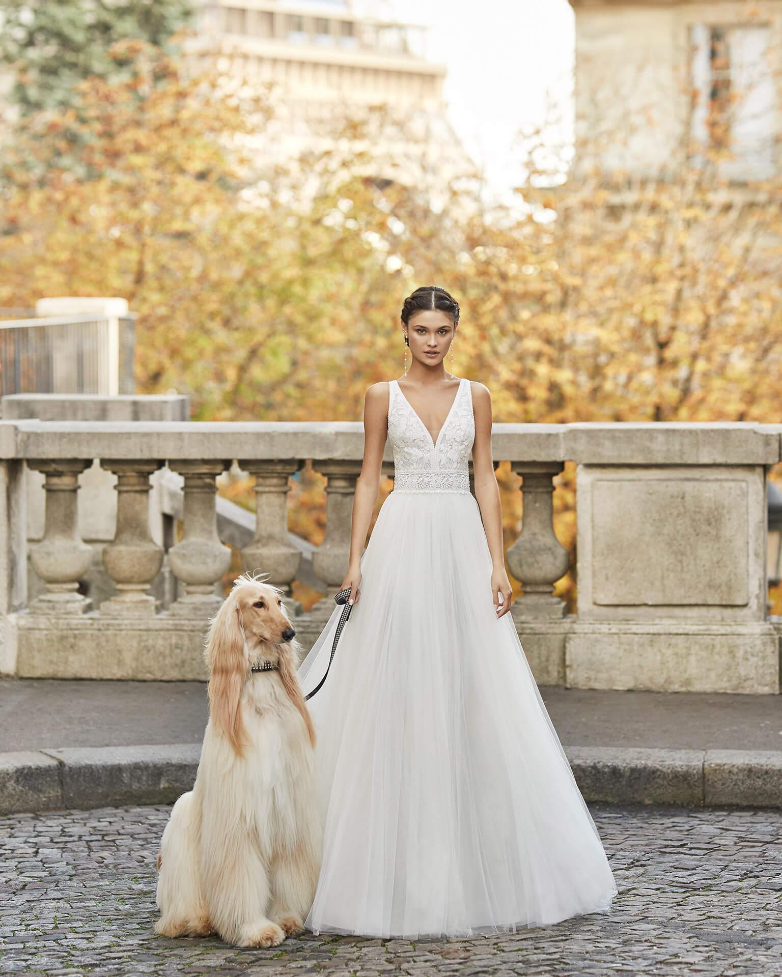 Braut in Brautkleid A-Linie Satin mit Träger ärmellos auf einer Brücke mit einem großen Hund