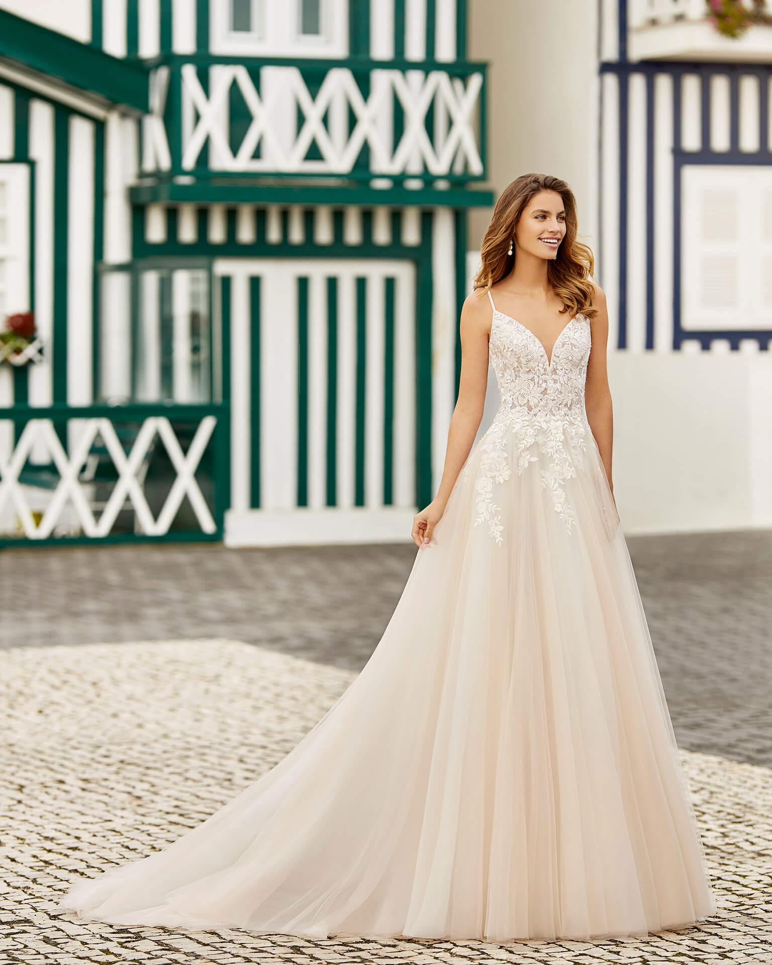 Braut in Brautkleid A-Linie Spagettiträger