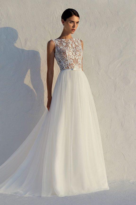 Braut in Brautkleid Fit & Flare vor weißer Mauer Blick in die Ferne