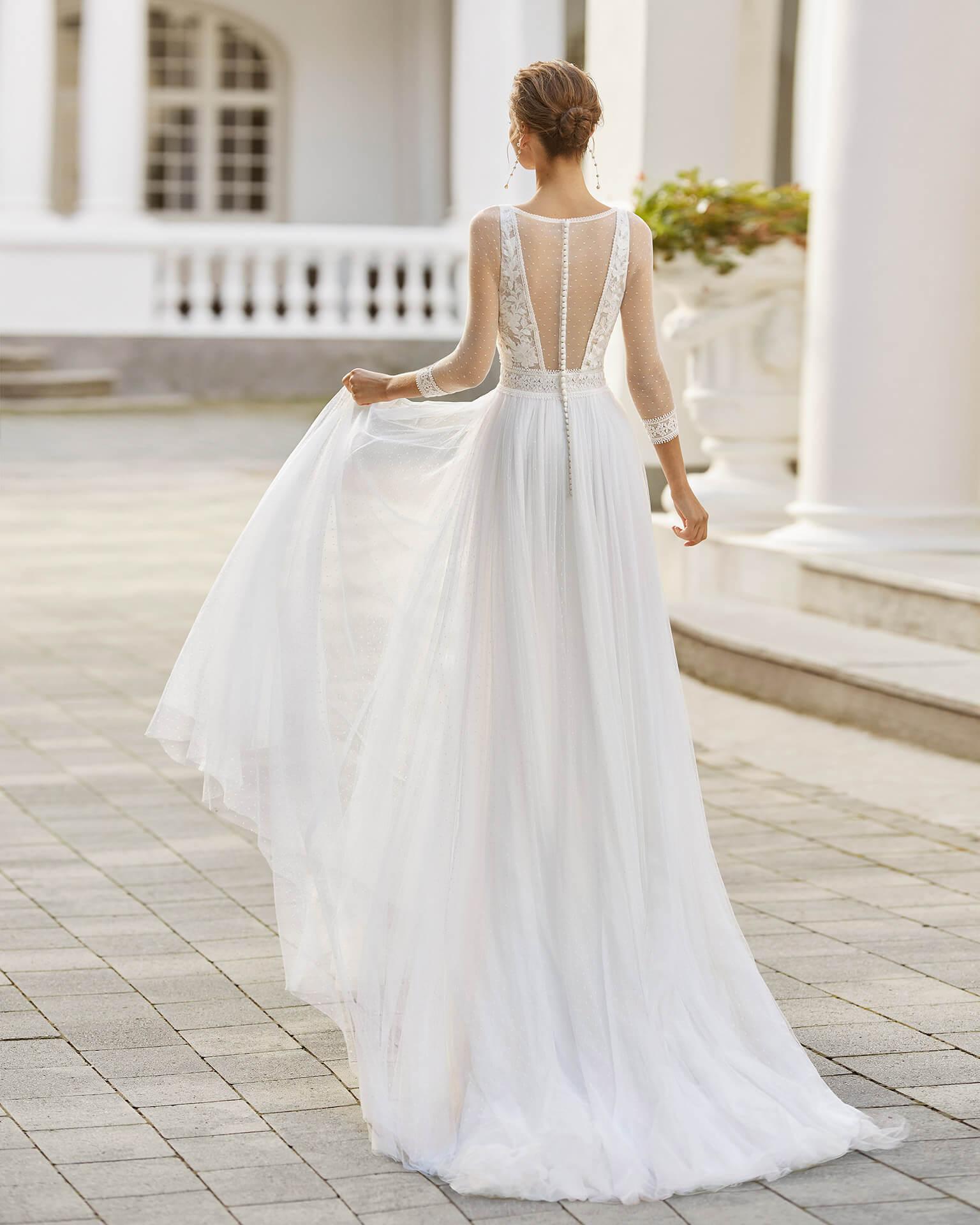 Braut in einem Vintage Brautkleid mit Ärmeln